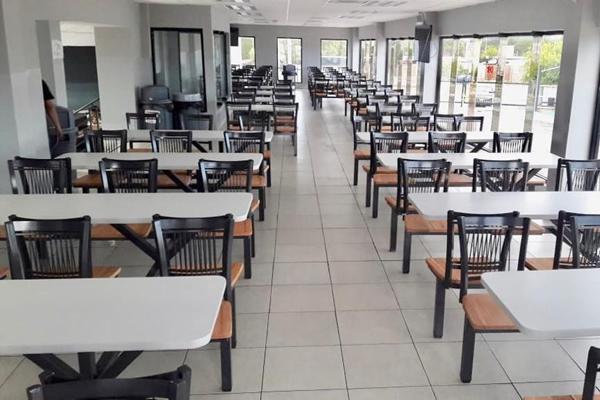 Muebles para restaurantes sillas y mesas para for Muebles para comedores industriales